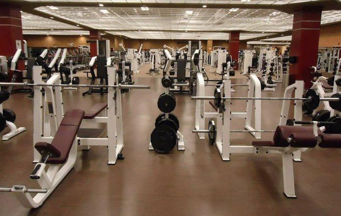 Wat moet je allemaal meenemen als je naar de sportschool gaat? Je leest het hier.